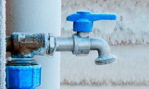 Одна из задач утепления скважины - недопустить обледенение трубы, которая отводится от оголовка гидротехнического сооружения