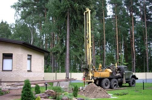 Изначально проводится пробное бурение для изучения гидрологических особенностей участка и поиска водоносного слоя