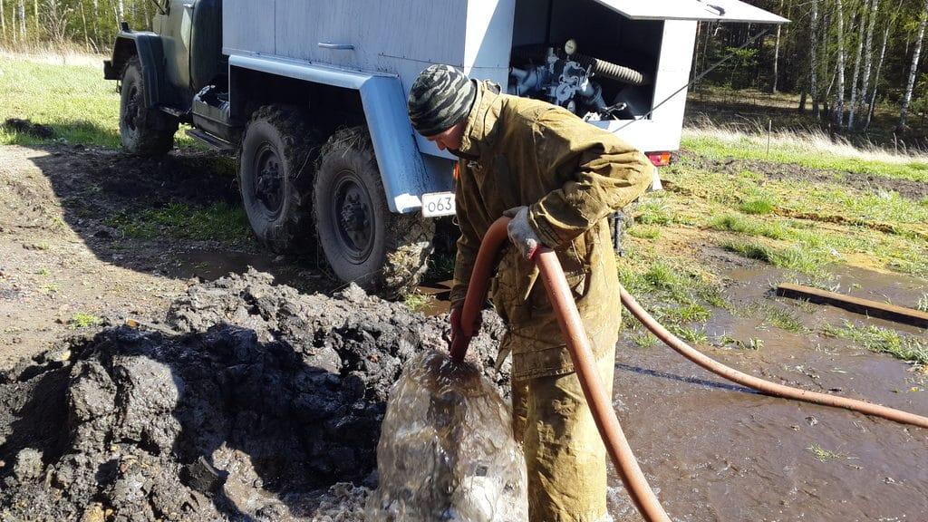 При помощи пожарной машины очистка скважины