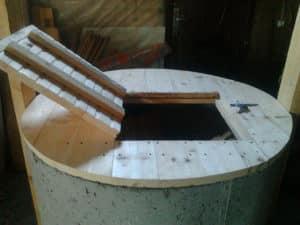 Деревянная крышка с люком для колодца